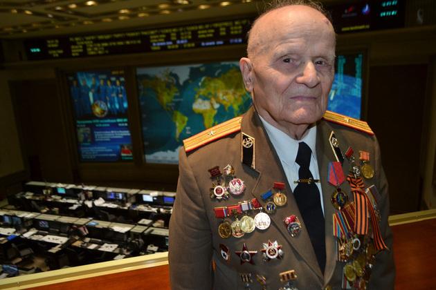 Николай Матвеевич Щелконогов принимает поздравления с 95-летием